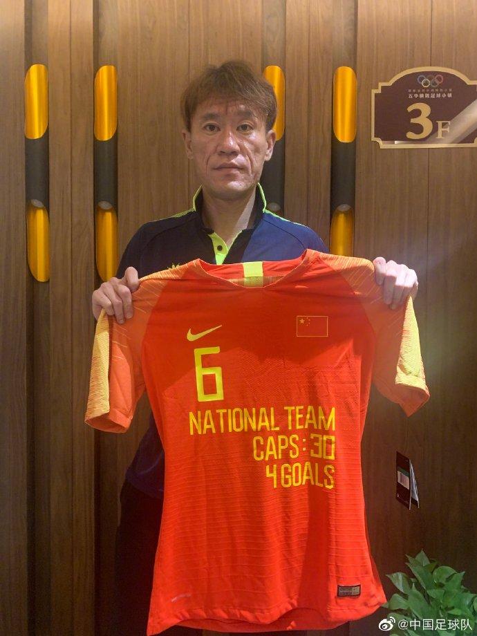 《【恒耀官方登陆】国足官方赠送王栋纪念球衣:A级比赛出场30次,打入4球》
