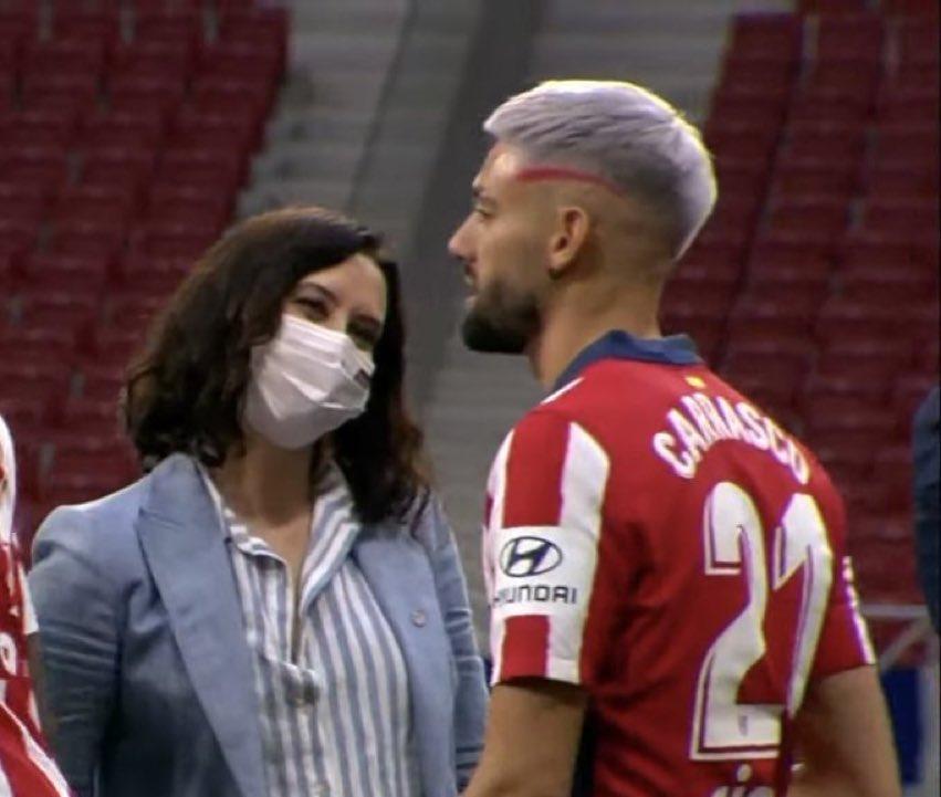 马德里大区主席染红马竞球衣,看卡拉斯科时眼神作文灯不亮