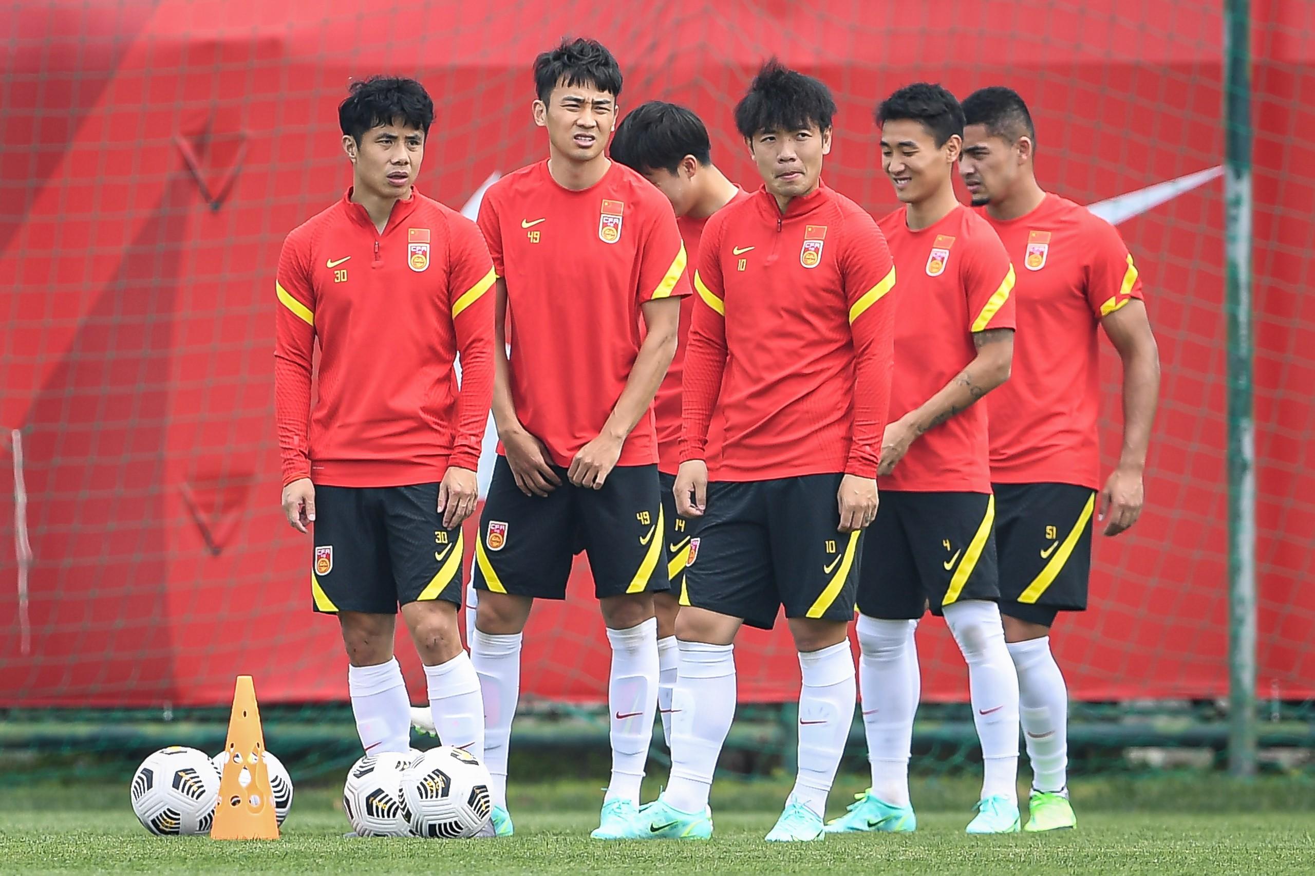 记者:国足集训设三大队长;最新规定可以每场更新23人名单