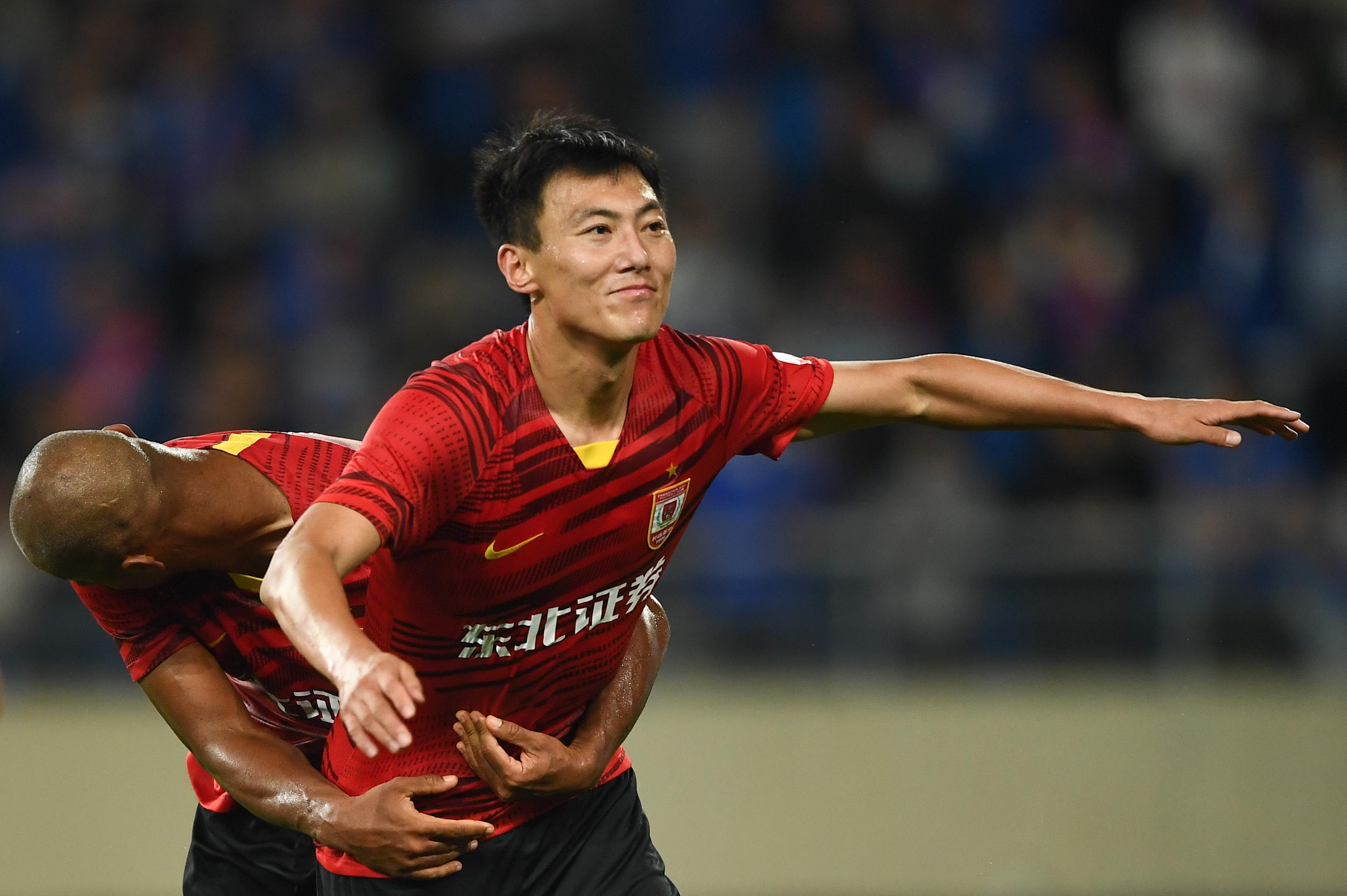 石笑天击倒莫雷诺引争议王鹏破门致胜,亚泰1-0申花五轮不败