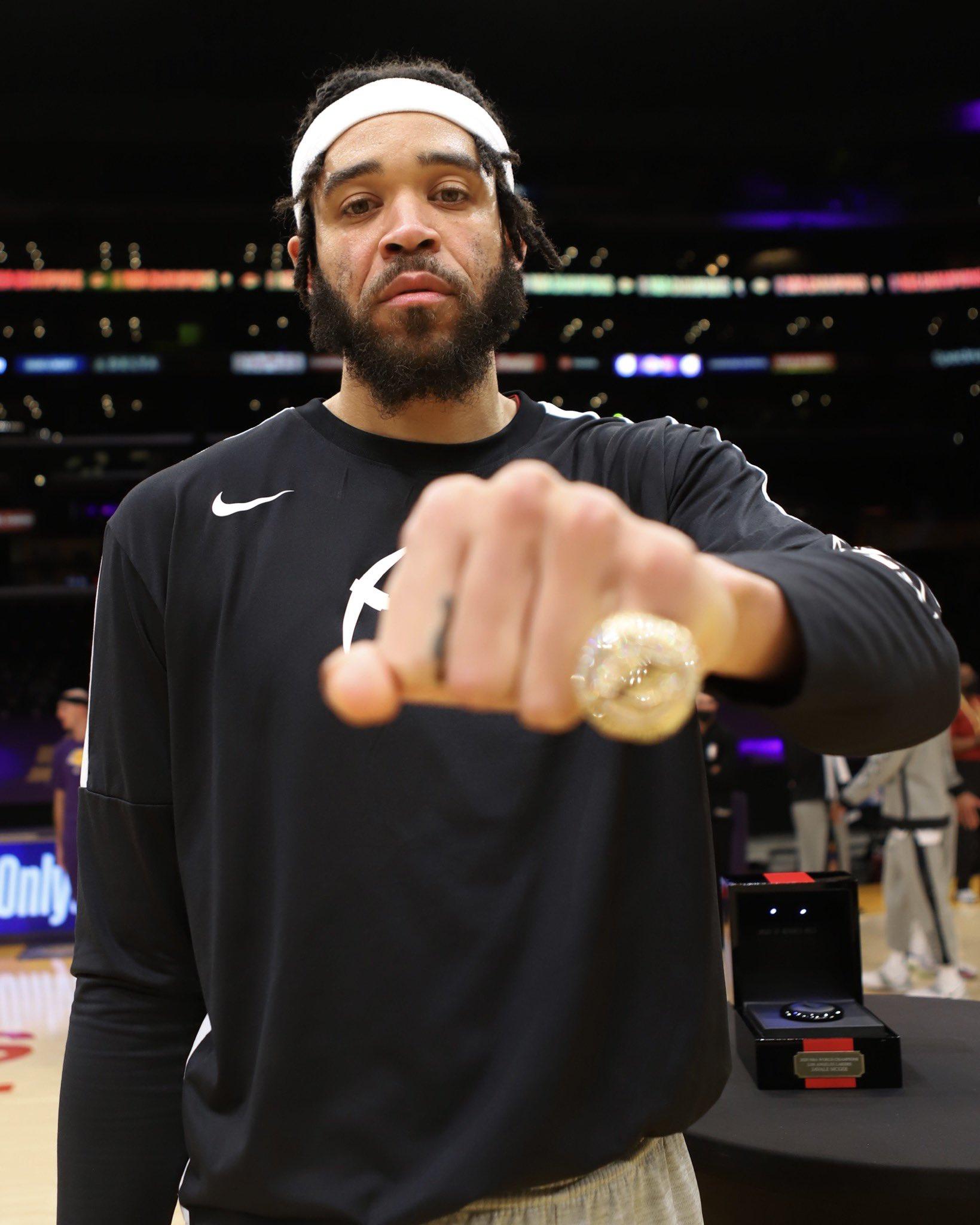 三届冠军!NBA官推发布麦基赛前领取湖人冠军戒指组图