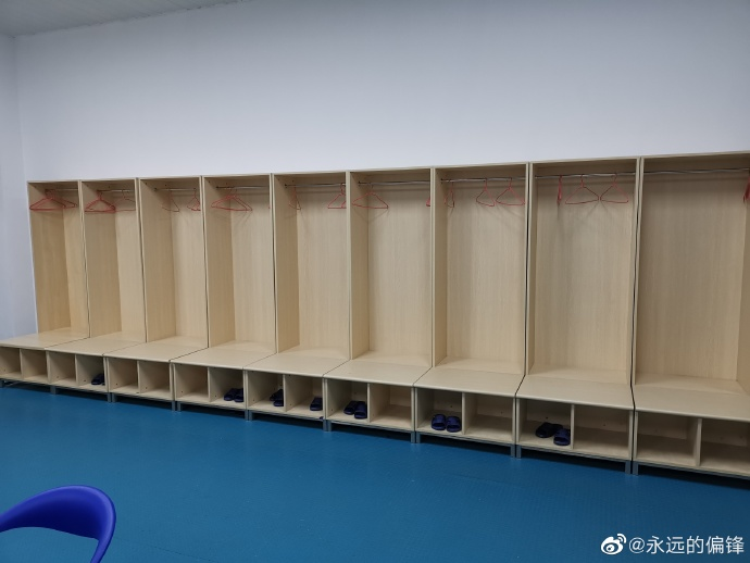 记者:泰山队赛后打扫更衣室,感谢赛区的保障向其致谢