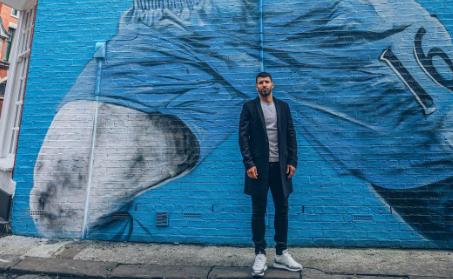 阿圭罗与自己的巨型涂鸦合影:感谢曼城