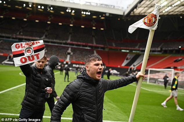 邮报:曼联的抗议球迷拔走了角旗竿,还带走了25个比赛用球