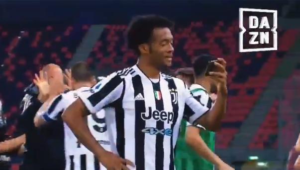 尤文比赛结束后,夸德拉多拿记者的手机观看了那不勒斯比赛
