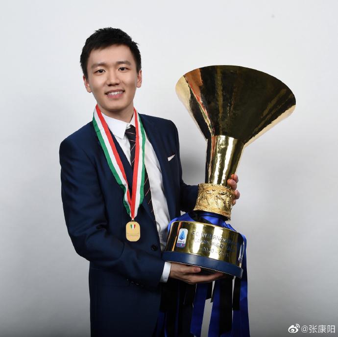 张康阳微博晒手捧意甲联赛冠军奖杯的照片:我们是冠军!