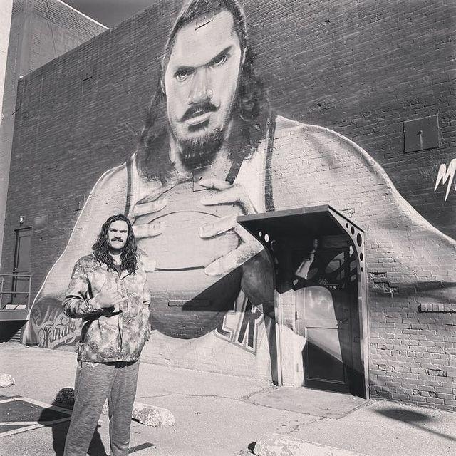 亚当斯晒俄城当地壁画:感谢你们七年前接纳了我