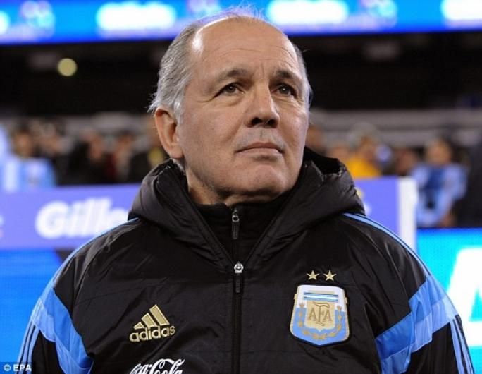 前阿根廷主帅萨贝拉被送医,因马拉多纳去世伤心过度