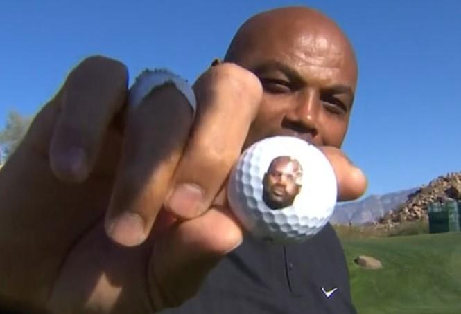 巴克利的高尔夫球上印有他在TNT的伙伴沙奎尔-奥尼尔的相片