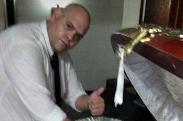 过分了!一名殡葬工人与棺椁中的老马遗体合影,现已被解雇