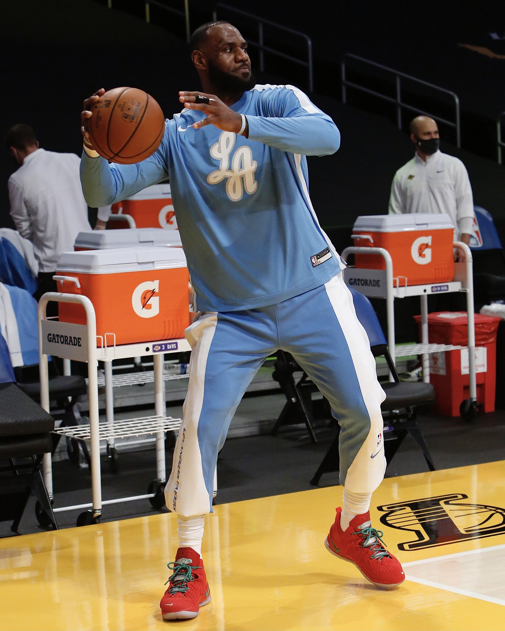 红色喜庆!NBA官方晒詹姆斯赛前热身照:圣诞版詹18战靴