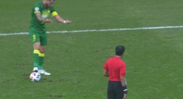 GIF:对手附加动作太多,奥古斯托连续摊手表无奈