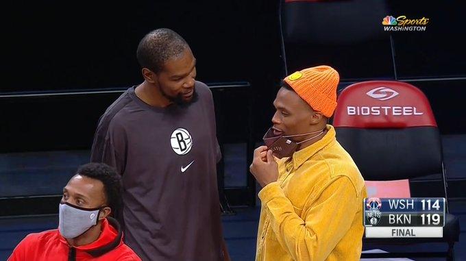 记者晒杜兰特威少赛后交谈照:两位MVP之间的叙旧