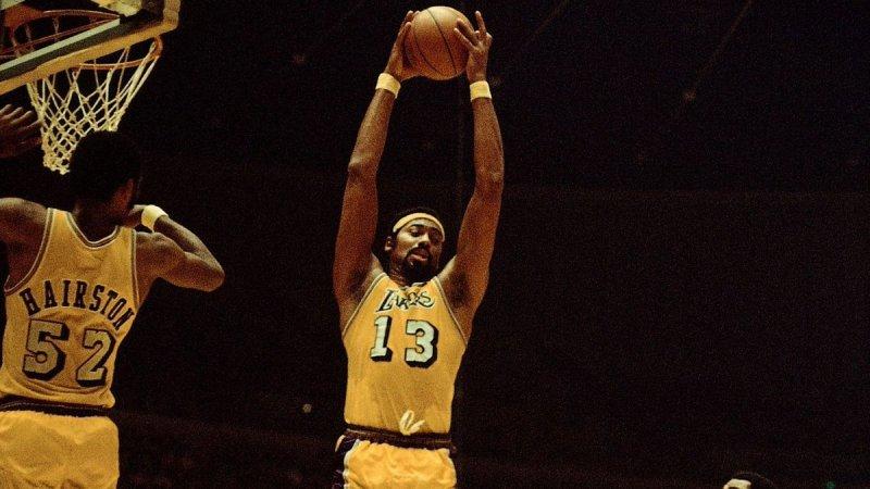 1971年的今日,湖人球员威尔特-张伯伦在对阵76人的竞赛中得到32分34个篮板
