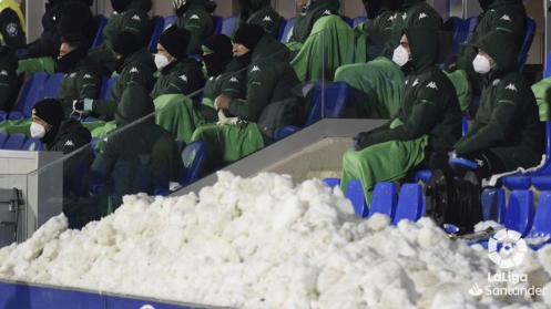 韦斯卡贝蒂斯比赛时气温零下7度,球员吐槽:冻死我了!插图