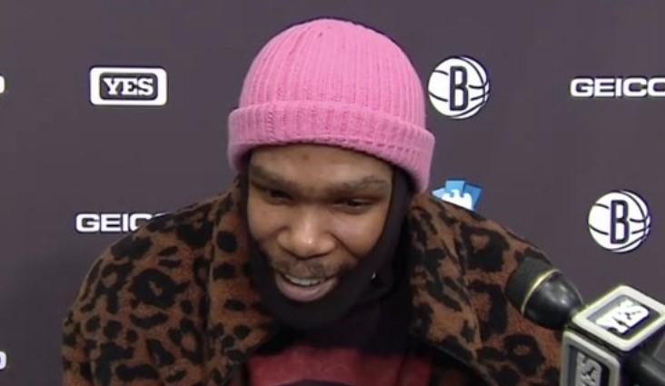 有点小帅!杜兰特接受采访时身披豹纹外套,头戴粉色小帽插图