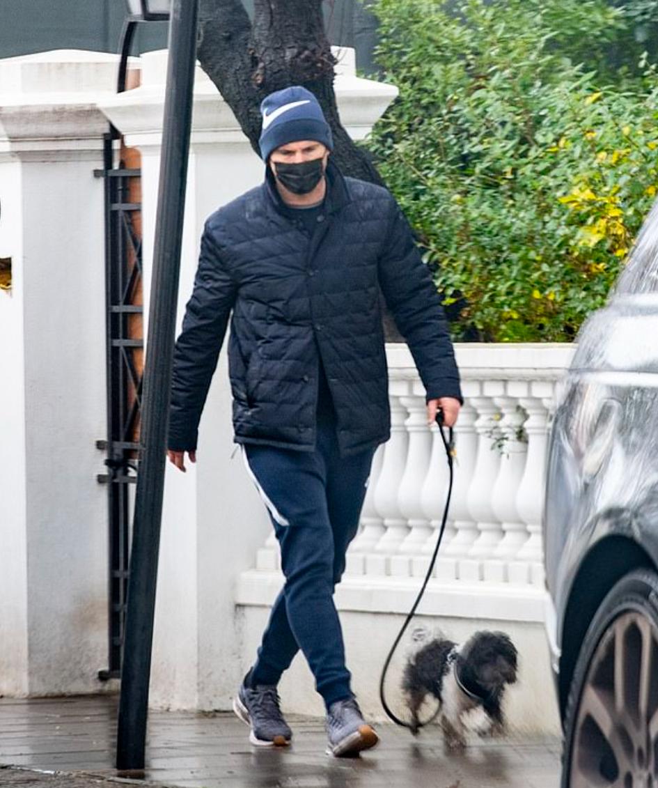 兰帕德被拍到上街遛狗,这是他下课后初度出现在媒体视界中