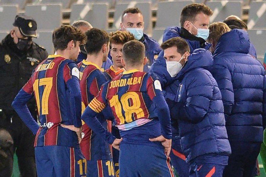 撕心裂肺的痛啊,梅西因伤场边对战,淘汰赛开始前所害和队友交流
