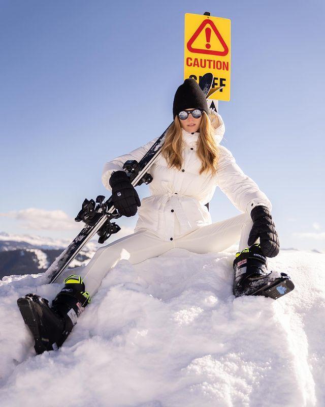 勇敢而英勇!我心爱的女朋友穿着滑雪服的照片