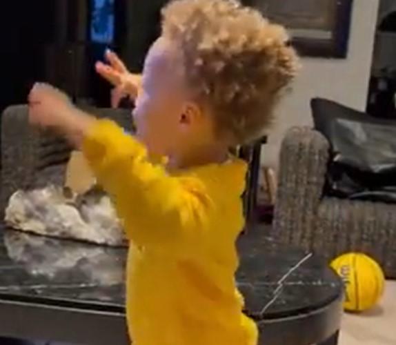 欧洲步迫近时期?阿耶莎晒儿子看篮球比赛手舞足蹈的片段
