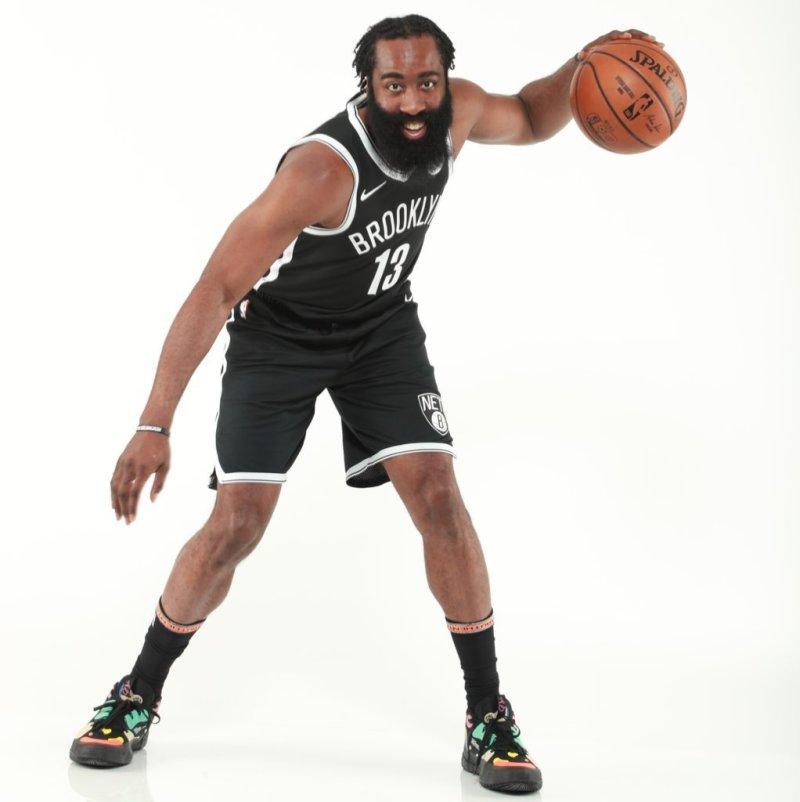 精神焕发!NBA官推晒哈登定妆照:哈登展现新球衣