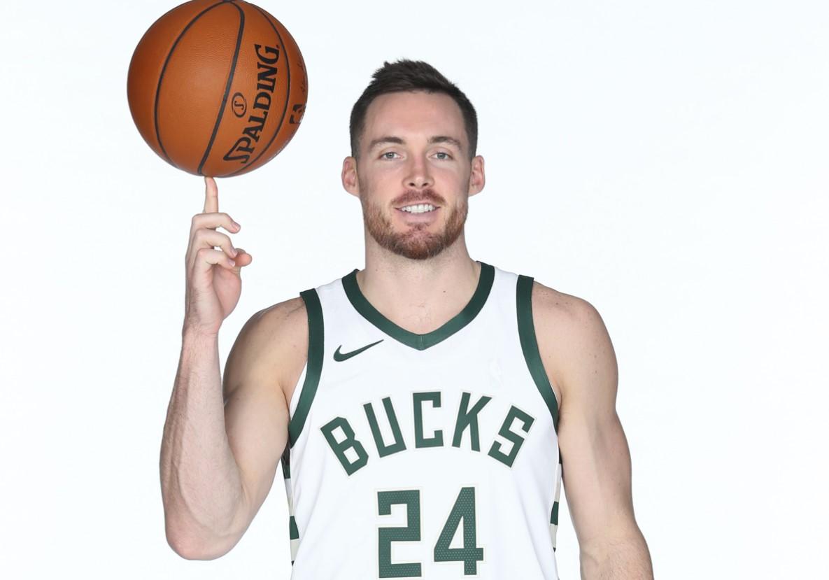 NBA官推祝贺雄鹿球员帕特-康诺顿28岁生日快乐插图