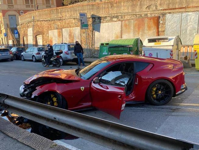 热那亚门将开法拉利去洗车,结果超市店长驾车时非故意将车撞毁