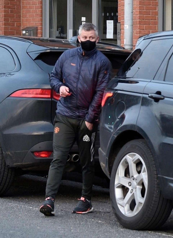 曼联主帅索肖被拍到上街购物买可乐