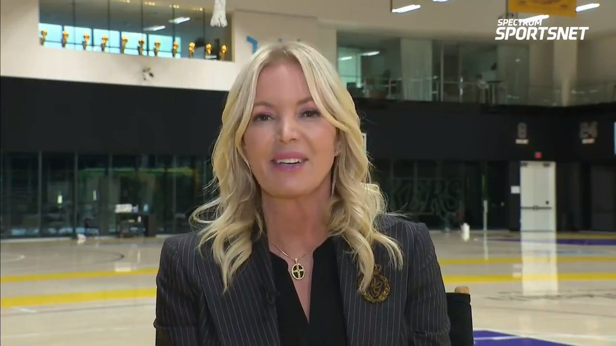 珍妮-巴斯:我们会在球迷回归斯台普斯中心后升起冠军旗帜