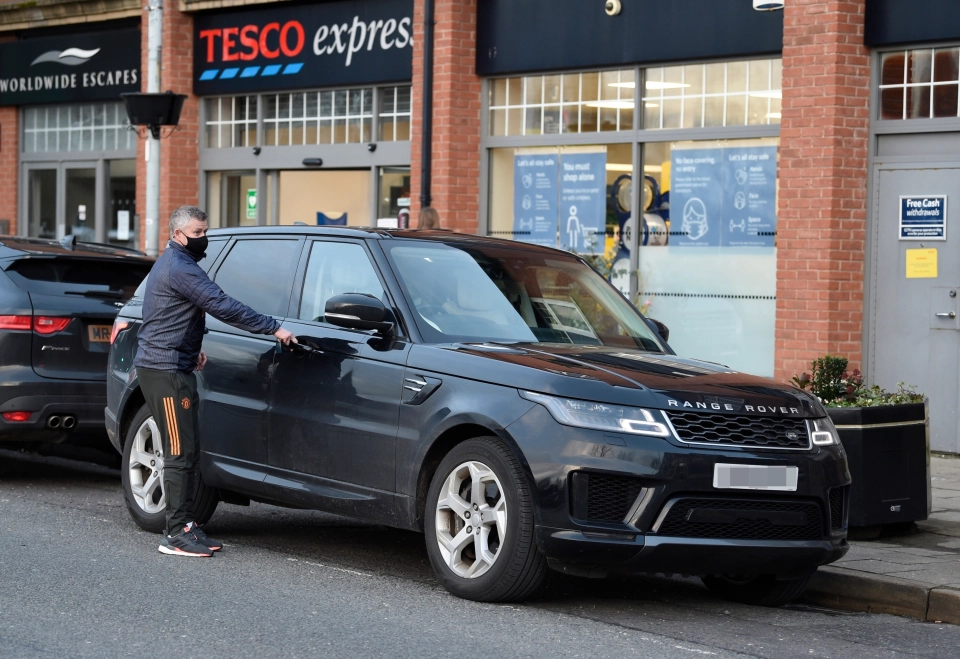 转会截止日到来之时,曼联主帅索肖被拍到上街购物买可乐