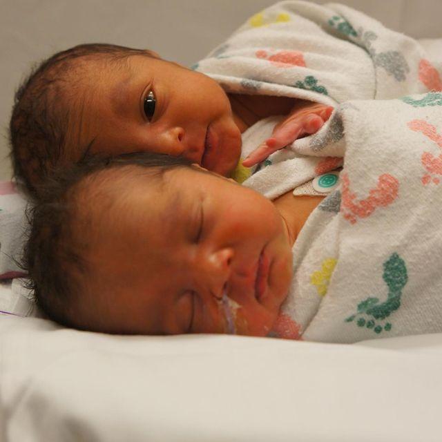 利拉德晒双胞胎的照片:宝贝女儿已经会照顾她的弟弟了