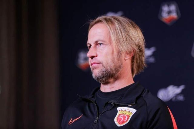 东体:海港守门员教练沃克、队医埃杜新赛季留队