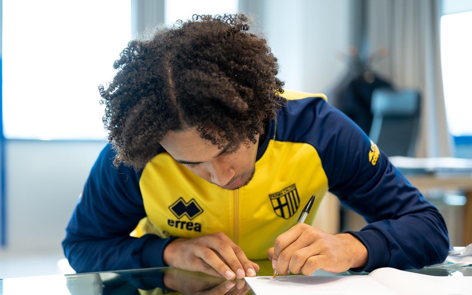 帕尔马现已正式签下了拜仁前锋齐尔克泽,转会方式为租借+1500万买断条款选项