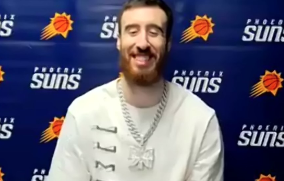 卡明斯基:我借了艾顿的项链,不能给他弄脏了