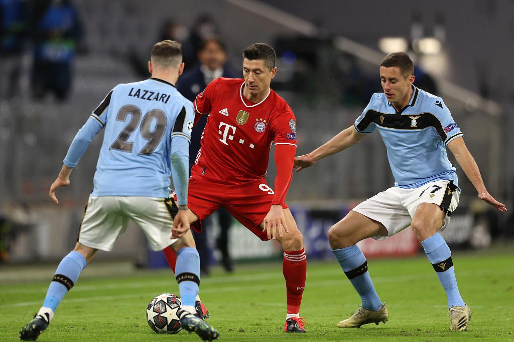 半场:戈雷茨卡造点莱万点射破门,拜仁1-0拉齐奥