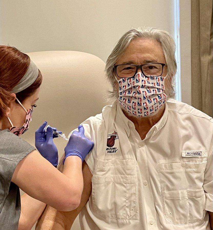 热火老板米奇-阿里森晒接种新冠病毒疫苗照片
