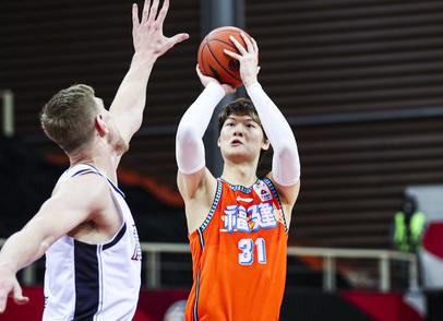 13投9中,王哲林砍下20分6篮板3助攻
