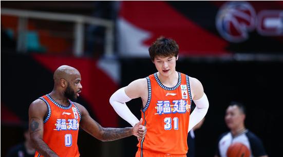 王哲林全场出场37分钟得到8分7篮板3助攻