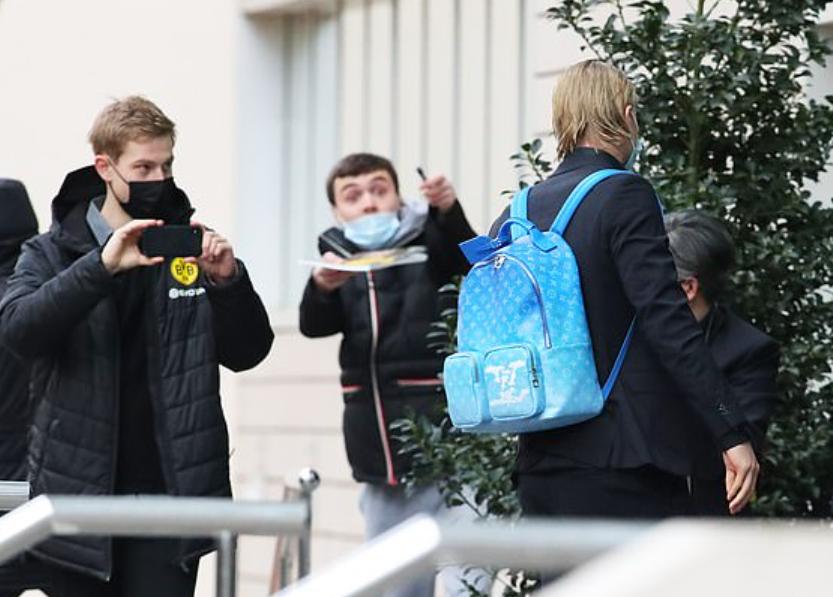多特客场迎战曼城,哈兰德背价值2000镑LV亮蓝色包到达酒店插图(1)