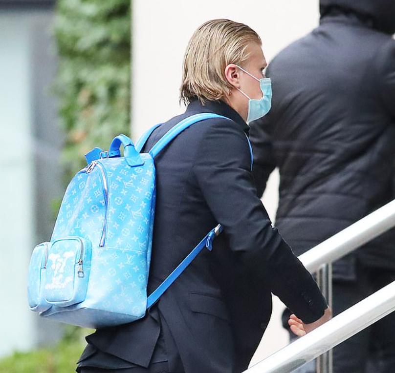 多特客场迎战曼城,哈兰德背价值2000镑LV亮蓝色包到达酒店插图