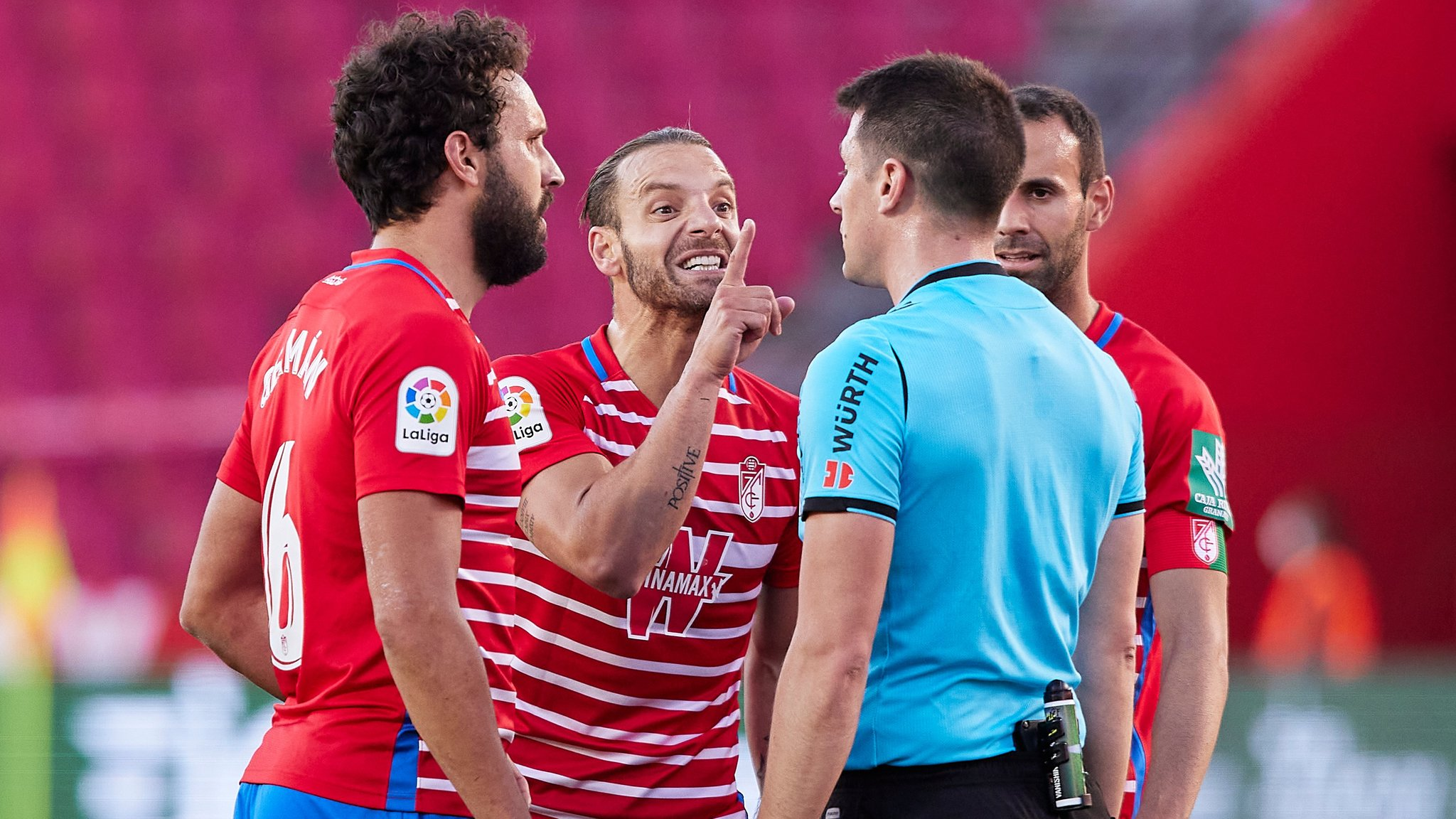 索尔达多被罚往后面踢死VAR监视器,恐禁赛4场,职业联赛提前结束