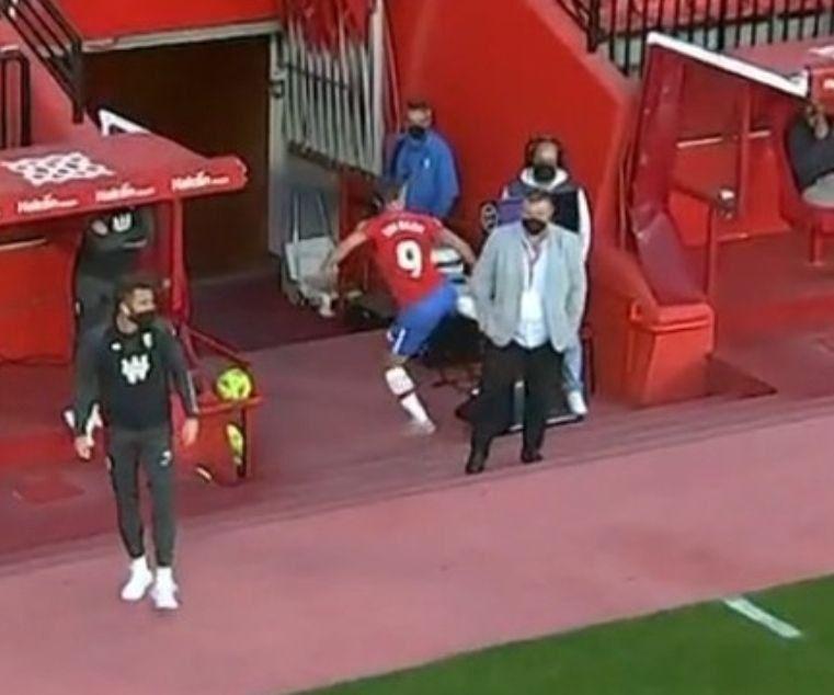 索尔达多被罚下后脚踢VAR监视器,恐禁赛4场,赛季提前结束插图