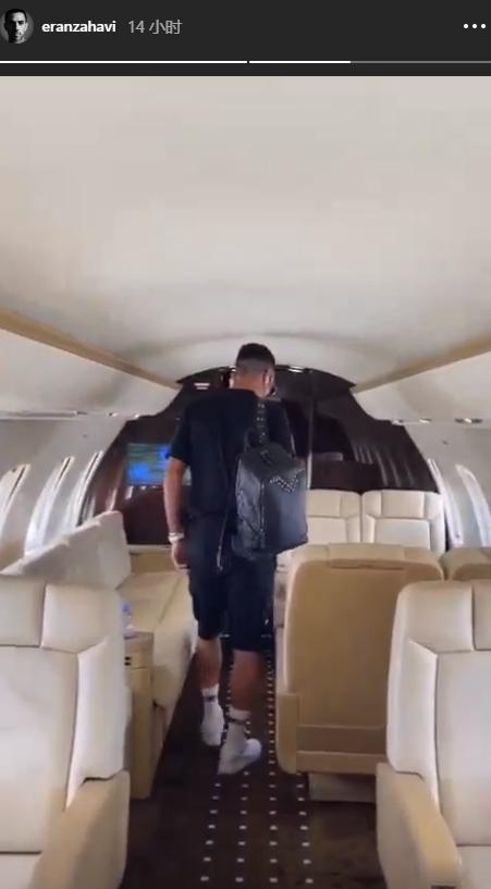 国际足球新闻二图流:惬意!扎哈维乘坐私人飞机回到以色列