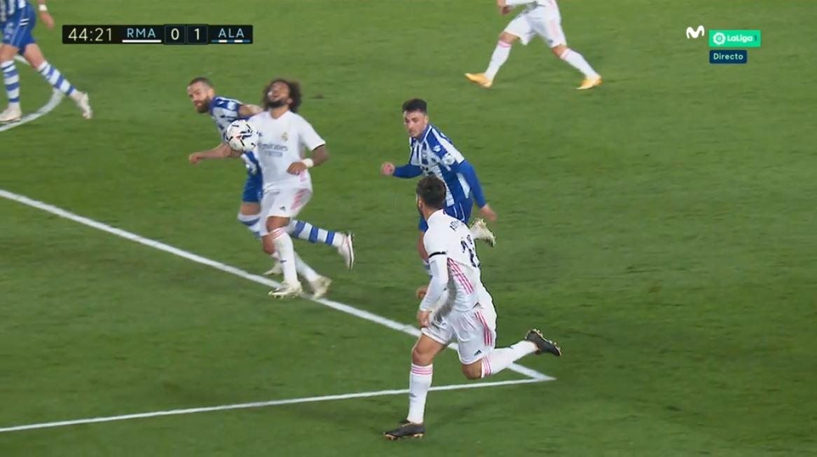 马塞洛遭遇拽头发防守,主裁未予判罚,裁判专家:点+红