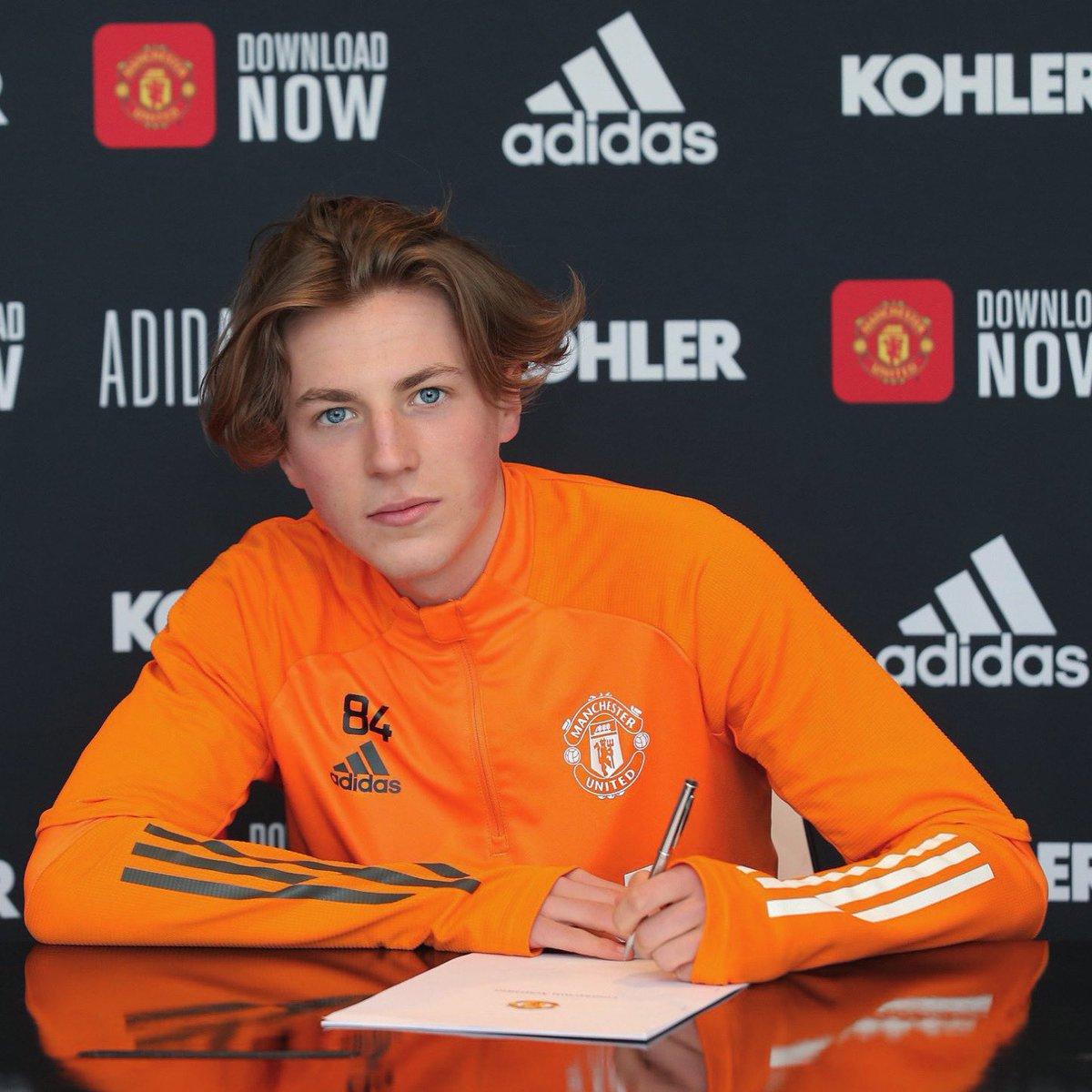 追寻父亲未完成的梦想,查理-萨维奇与曼联签订职业合同插图